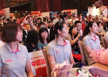 中国女排莅临一起网团购现场 百万粉丝为女排加油